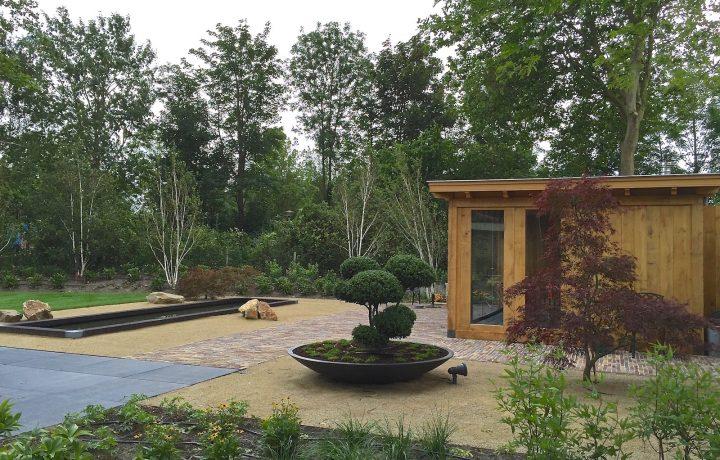 Moderne landelijke tuin met maatwerk overkapping in Blokker
