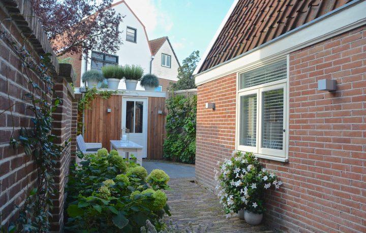 Moderne stadstuin met verticale tuin in Hoorn