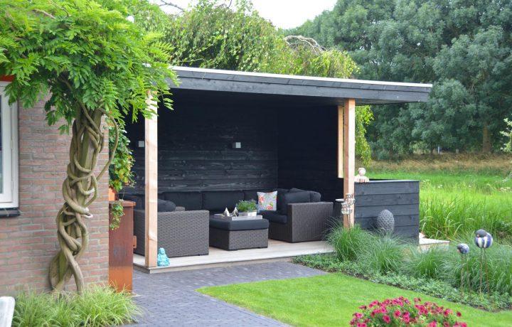 Moderne landelijke tuin met overkapping in De Goorn