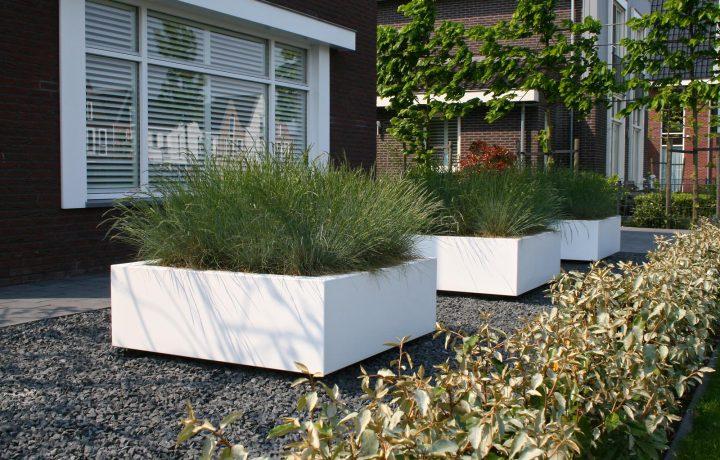 Modern strakke tuin bij vrijstaande woning in Zwaag