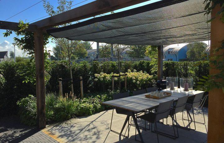 Sfeervolle tuin bij vakantiewoning in Makkum