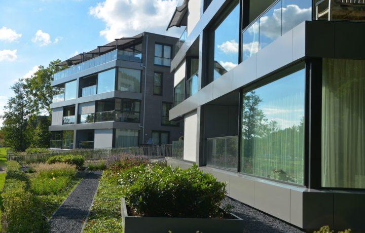 Bloeiende tuin bij appartementen in Blokker
