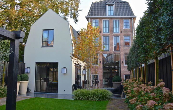 Grote stadstuin bij monumentaal grachtenpand in Hoorn